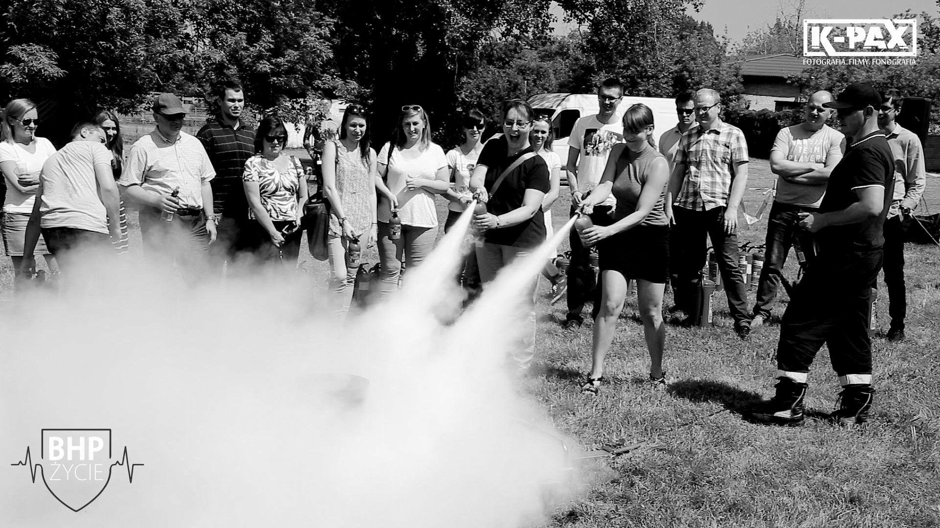 Monochromatyczne zdjęcie ze szkoleń przeciwpożarowych i gaszenia pozaru
