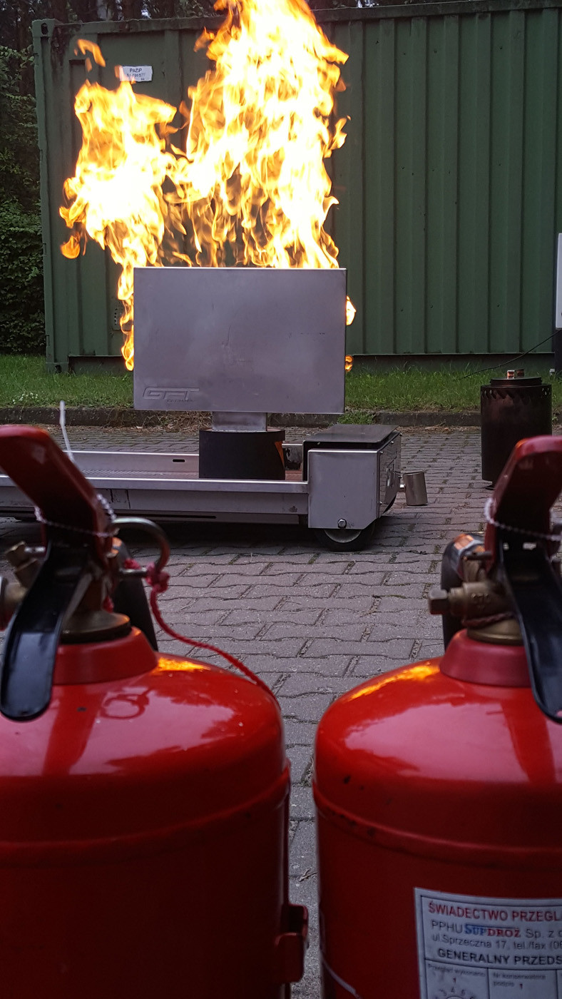 Szkolenia bhp w Poznaniu przy użyciu trenażera pożarów