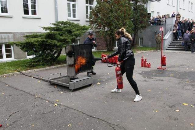 gaszenie szafy elektrycznej podczas pokazu ppoz