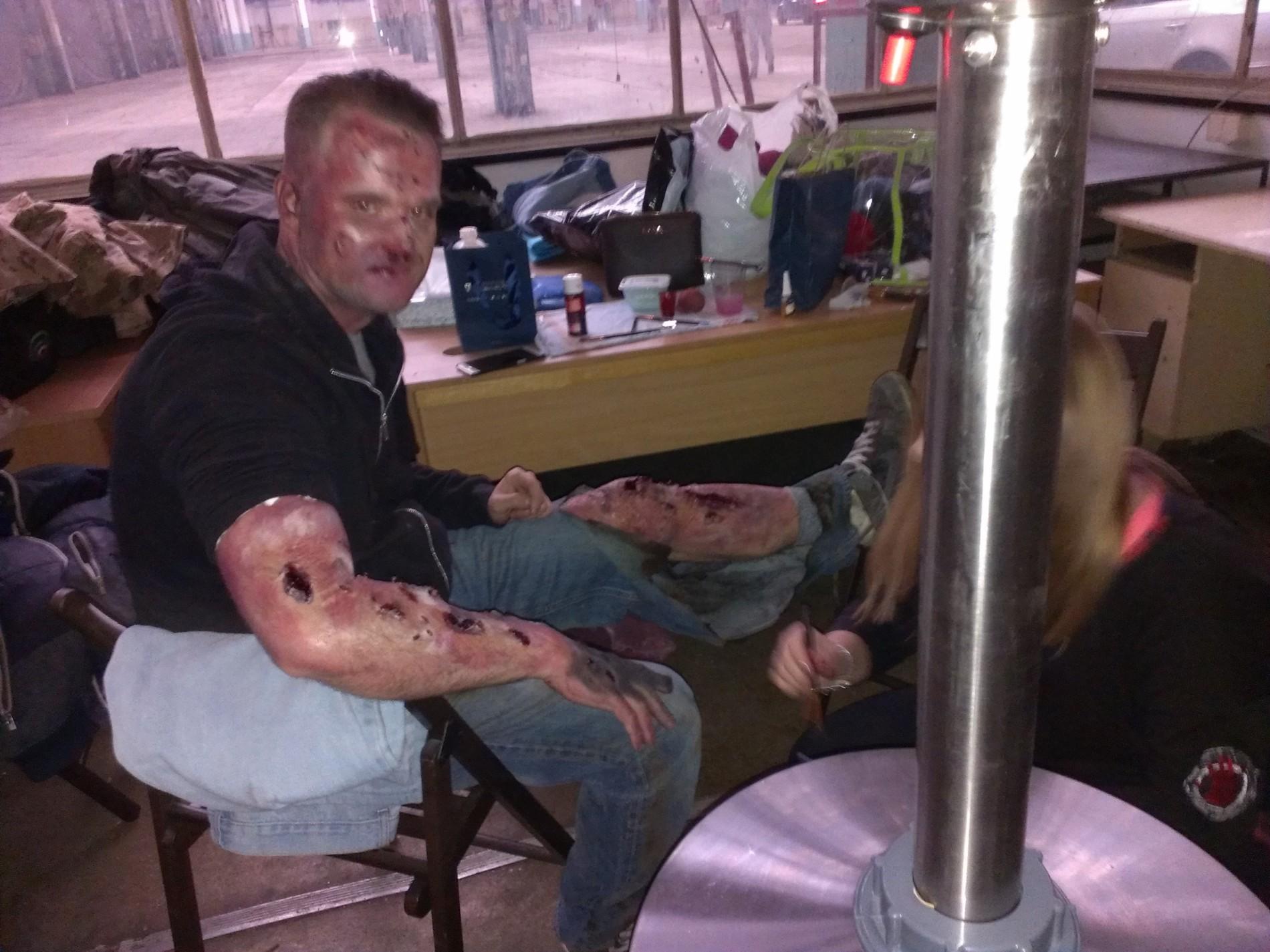 Przygotowanie sztucznych ran przez wizażystkę