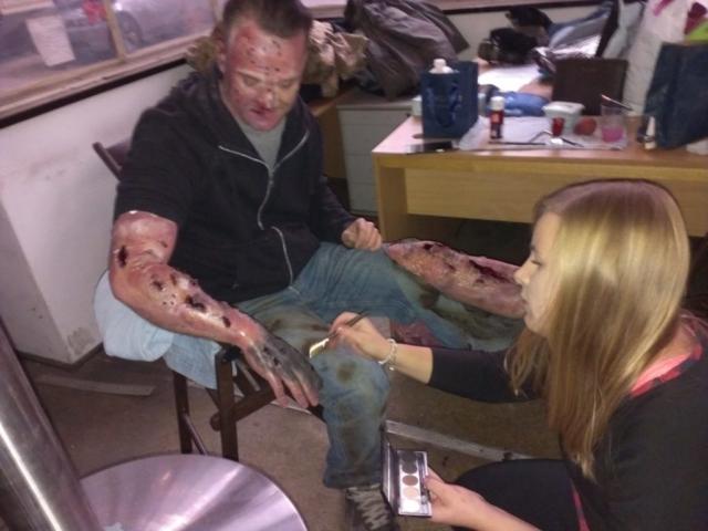 Wizażystka w pracy, poparzona ręka